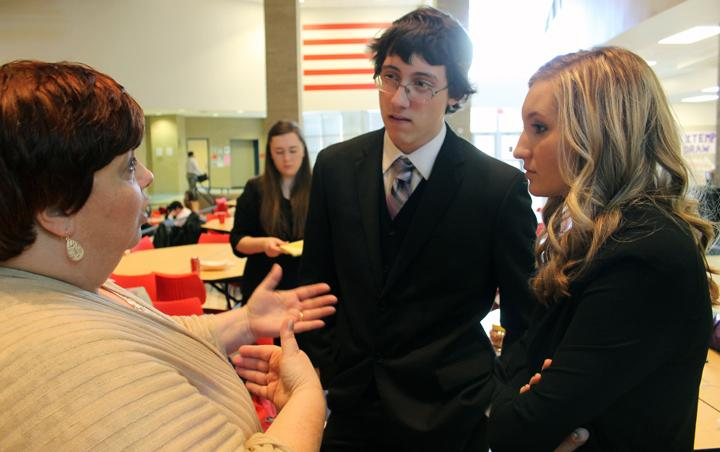 Debate+coach+Melonie+Menefee+goes+over+between-round+instructions+with+senior+debaters+Ryan+Slatter+and+Bethany+Gaskins.+The+CX+debate+competitors+will+compete+at+district+on+January+30.