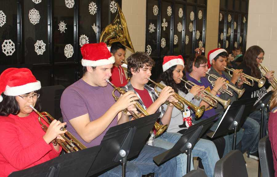 High+school+band+students+get+ready+for+the+Christmas+Extravaganza.
