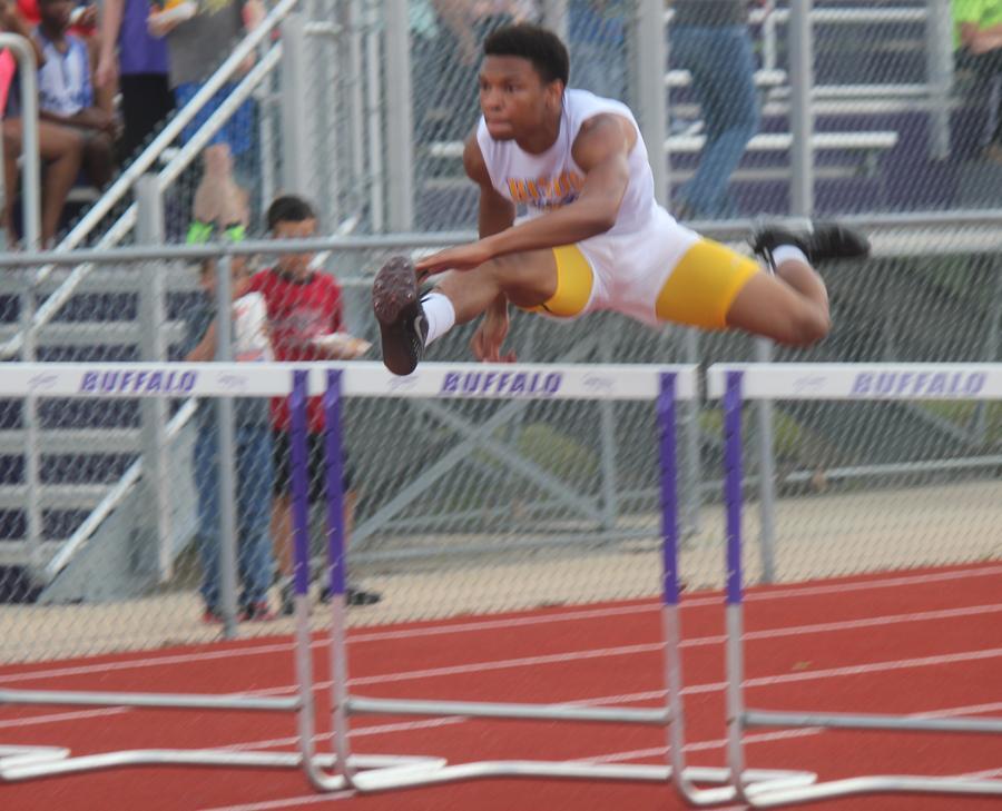 Senior+JoJo+Thompson+competes+in+the+hurdles+at+the+Buffalo+track+meet.+