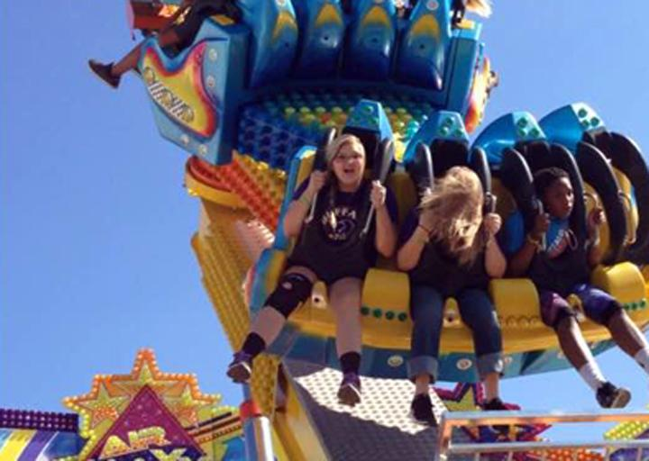 Students+enjoy+the+rides+at+the+state+fair.