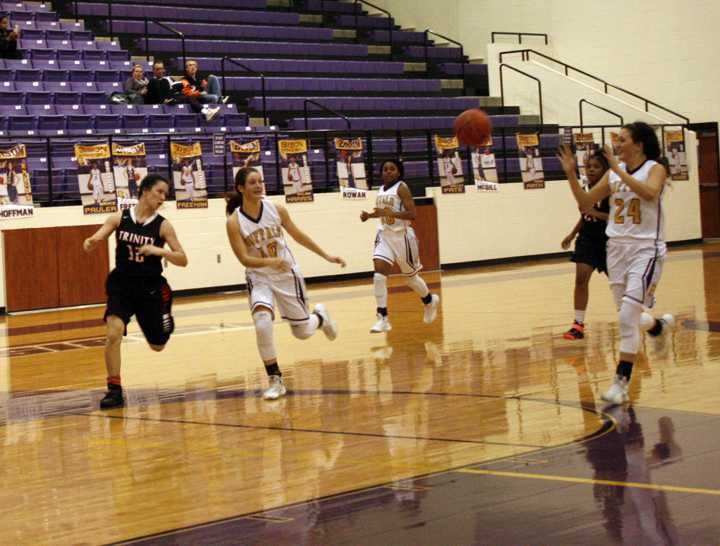 Laduren+Pate+passes+the+ball+to+teammate+Allison+Grissett+during+the+Lady+Bisons+final+district+game.+